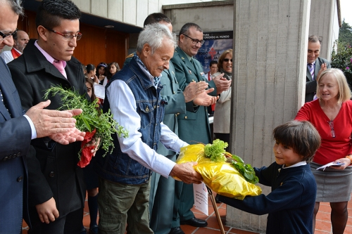 Los alumnos y alumnas regalaron verduras del Huerto Escolar que Gratiniano les ayudó a construir