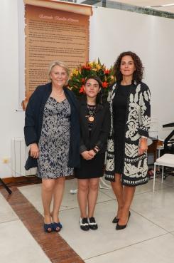 La alumna Sofía Rubiano acompañada de las profesoras Tálida Ruíz del Árbol y Margarita Chamorro