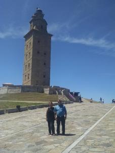 don Orlando y doña Berta posando ante la impresionante Torre de Hércules