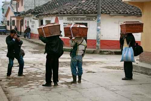 GERVASIO SANCHEZ FOTOGRAFIA A FAMILIARES CON RESTOS DE SUS SERES QUERIDOS DESAPARECIDOS FOTO DE ALESIA MARTINEZ.jpg